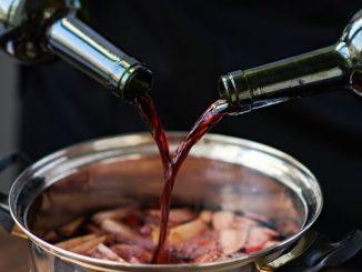 Kochen verdunstet den Alkohol